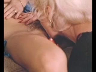Секс лесби-брюнетки со страпоном на диване закончился оргазмом