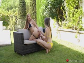 Девушка с большой грудью мастурбирует пизду подруге в лесу у нее дома