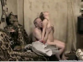 Отец ебет дочь в жопу, пока мама занята домашними делами