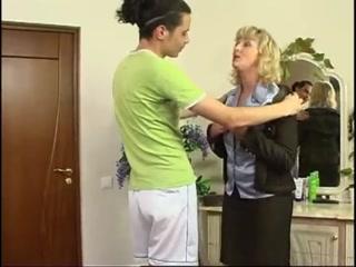 Секс со зрелой блондинкой в чулках на диване дома у молодого