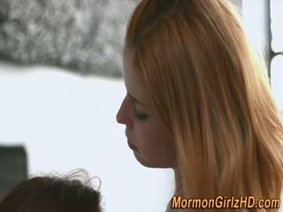 Две молодые красивые девушки лижут письки